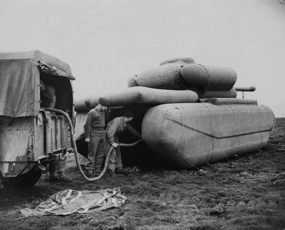 1940г. Британские войска надувают резиновый муляж танка.