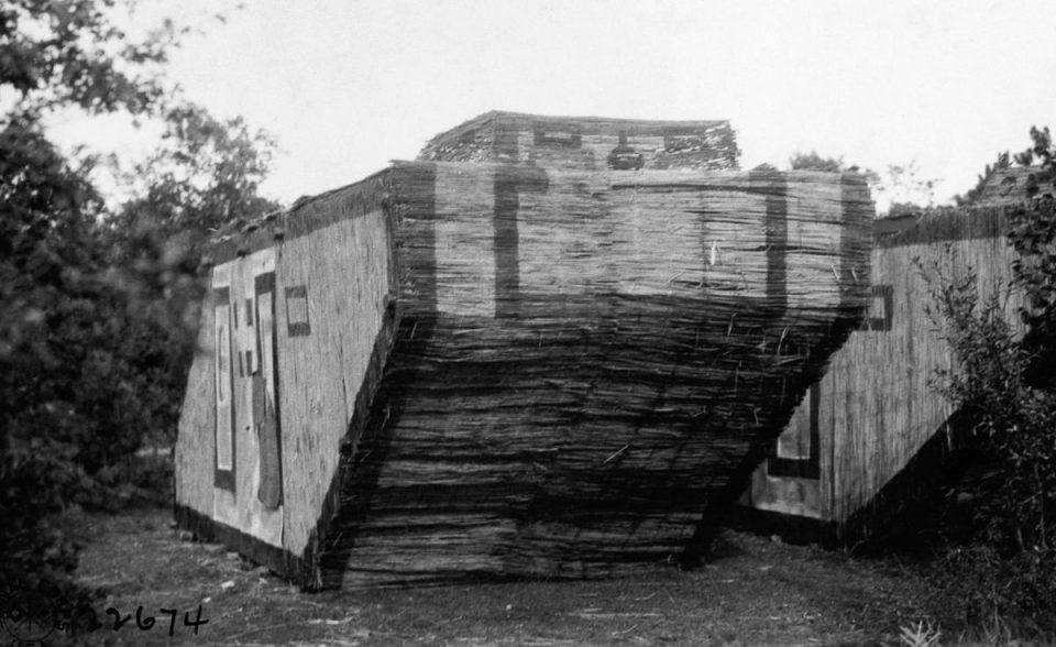 1918г. Немецкий танк-муляж, сделанный из камыша.