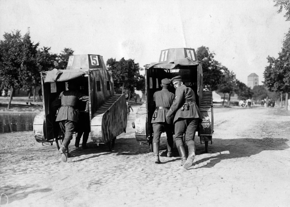 1925г. Немецкие солдаты толкают несколько муляжей танков.