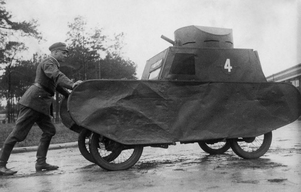 1931г. Немецкий солдат толкает муляж танка.