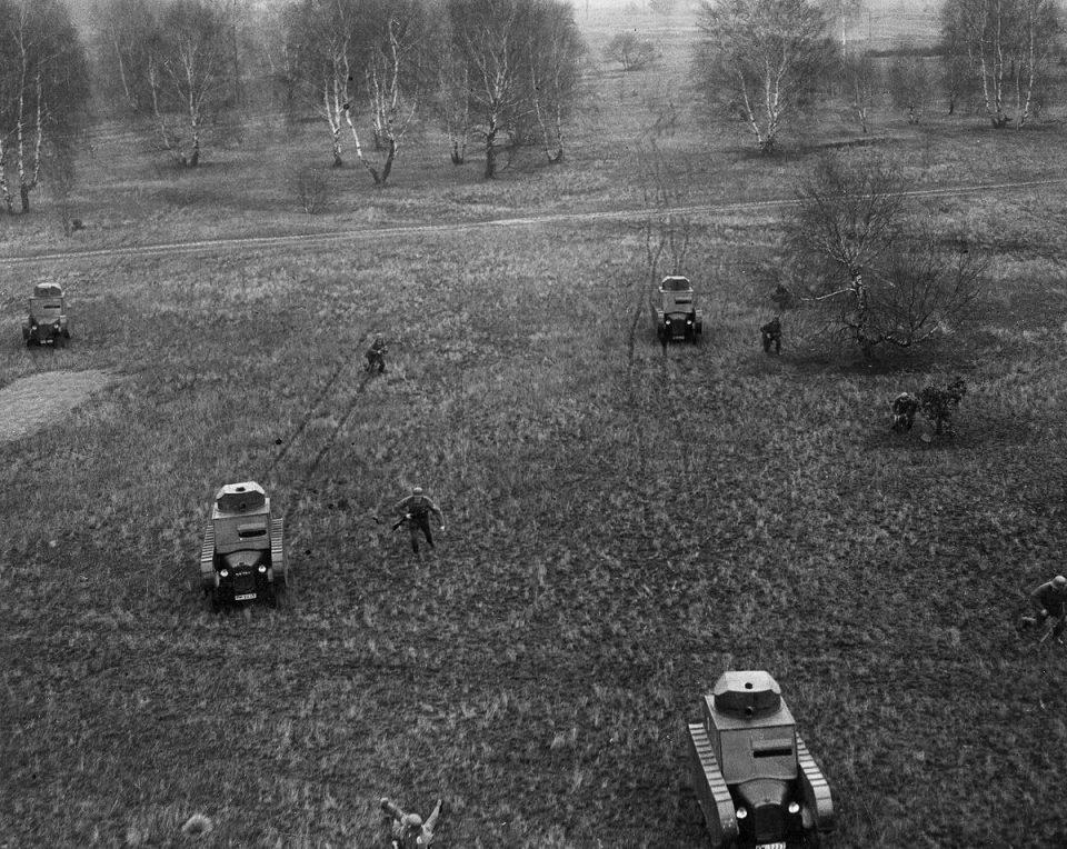 1932 Немцы проводят военные учения с фиктивными танками.