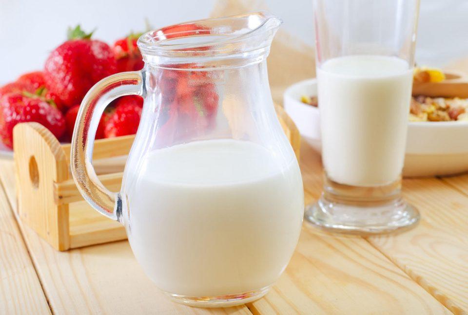 кувшин белого молока